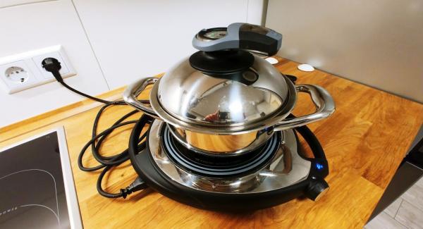 Reis, Wasser und gekörnte Gemüsebrühe in einen kleinen Topf geben, umrühren und auf Navigenio stellen. Audiotherm Plus auf 10min Garzeit und 5min Wartezeit einstellen und Navigenio auf A=Automatik stellen. Nach 5 min beginnt der Navigenio den Topf automatisch aufzuheizen und den Reis vollautomatisch zu garen. Nach Ablauf der Garzeit schaltet der Navigenio vollautomatisch auf 60° Warmhalten um.