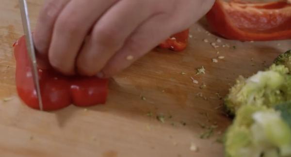 Einen Brokkoli in röschen schneiden. Dazu eine Paprika in Scheiben schneiden