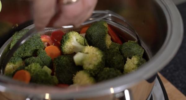 In die Softterra-Einsatz, den Blumenkohl, Möhren, Paprika und Brokkoli geben und in den 6,5 Liter Topf stellen.