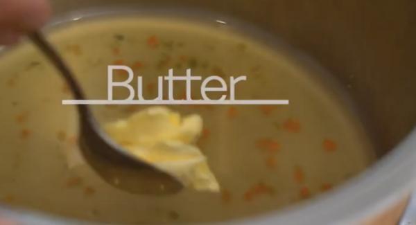 Die Softtera-Einsatz aus dem Topf nehmen. Anschließend 1 EL Butter in die Gemüsebrühe geben.