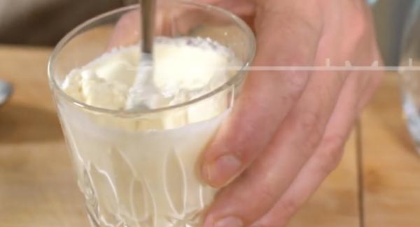 In einem Glas 200ml Sahne und 1EL Mehl in ein Glas geben und verrühren. Anschließend die Sahne in den Topf geben.