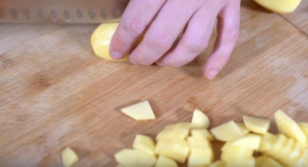 Drei Kartoffeln, zwei Möhren, eine Zwiebel klein schneiden.