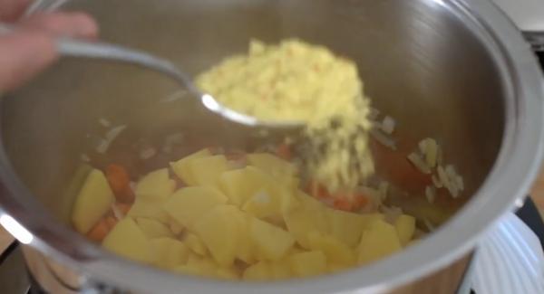 Anschließend die Kartoffeln und ein EL Gemüsebrühe dazugeben.
