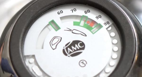 Sobald auf dem Audiotherm 90 Grad erreicht sind, kann der Deckel geöffnet werden und die Lachsstreifen gewendet werden.