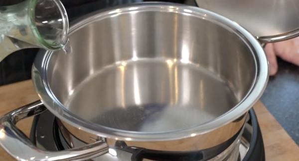 Ca. 1 Liter Wasser in den Topf füllen.