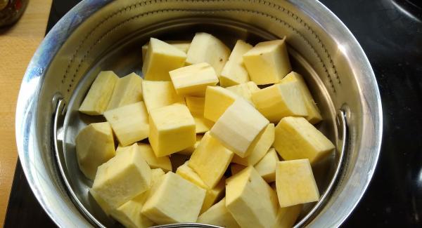 Die Süßkartoffel schälen und in Stücke schneiden und in den Softiera Einsatz geben