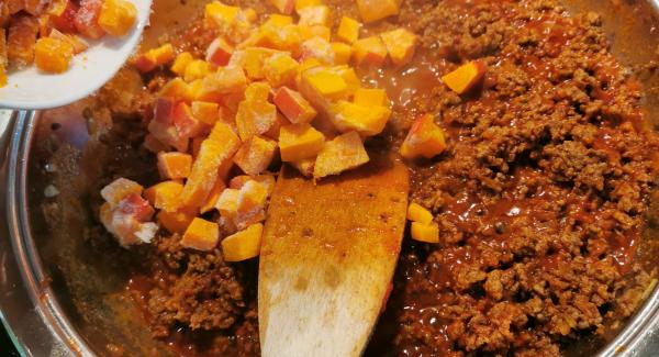 Mit Salz, Pfeffer und Curry würzen. Das Tomatenmark hinzufügen, kurz durchrühren und mit Suppe aufgießen. Den gewürfelten Kürbis dazu geben und 5 Minuten auf dem Garsymbol garen.