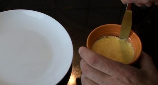 Förmchen aus Kühlschrank nehmen und mit einem Messer aus der Form lösen und auf einen Teller stürzen.