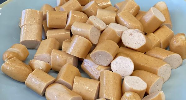 Wienerlis jeweils in ca. 6-8 kleine Stücke schneiden