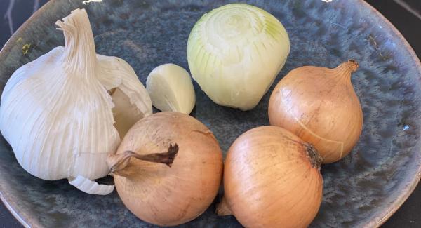 Zwiebel und Knoblauch möglichst klein zerhacken