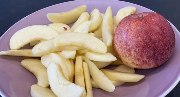 Äpfel in kleine Stücke schneiden