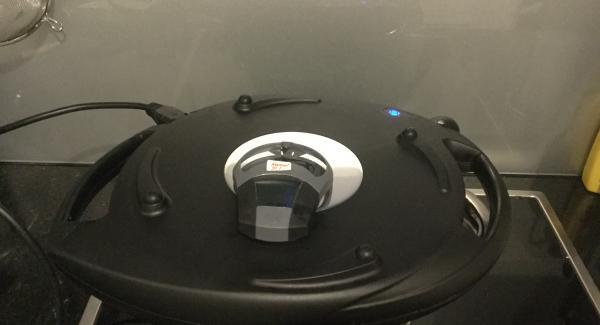 Die Einheit / Topf 24 cm 3,5 lt auf dem Navigenio bei maximaler Hitze (Stufe 6) bis zum Bratfenster aufheizen. Den runden Backpapierbogen mit wenig flüssiger Butter bepinseln. Den Topf in den umgedrehten Deckel stellen und die vorbereitete Griess-Quark-Masse in die Einheit einfüllen, glattstreichen.
