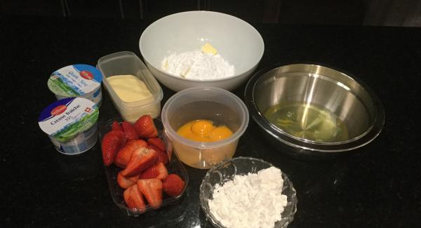 Aus dem Backpapier mit Hilfe des 24 cm Deckels einen runden Boden von ca. 26 cm Durchmesser ausschneiden..Miese en Place erstellen. Die Erdbeeren waschen, abtropfen lassen und in Würfelchen schneiden.