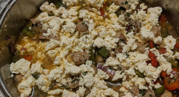 Nach Ablauf der Zeit, den Deckel abnehmen. Den Zitronensaft, Oregano und die Petersilie auf den Käse geben. Und alles Vorsichtig und gut vermengen/verrühren.