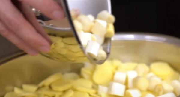 Den geschnittenen Spargel über die Kartoffeln geben.