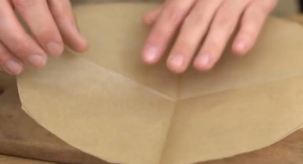 Das Backpapier vier mal falten und wieder auseinander machen.
