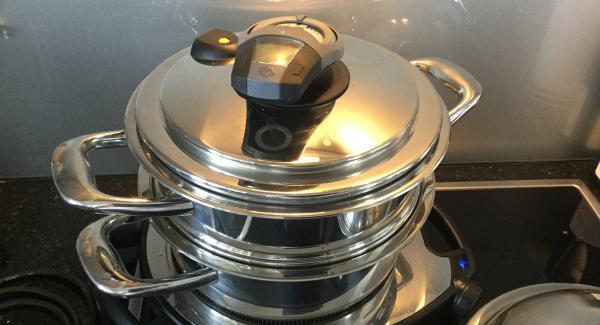 Die Gemüsebrühe mit dem Reis, den Safranpulver und -Fäden in die Einheit / Topf 24 cm 2,5 lt geben und das Ganze auf den Navigenio stellen. Das Gemüse in das Kombigarsieb geben und auf dien Topf stellen. Mit dem EasyQuick 24 cm Dichtungsring verschliessen und den Navigenio auf Automatik (A) schalten.