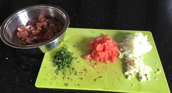 Zwiebeln und Knoblauch schälen. Zwiebel halbieren und  in feine Streifen schneiden. Die Knoblauchzehen im Quick Cut fein hacken. Die Haut der Fleischtomaten abziehen (evtl. kurz mit heissem Wasser überbrühen). Halbieren und die Kerne auspressen, das Fruchtfleisch in Würfel schneiden. Bereitstellen.