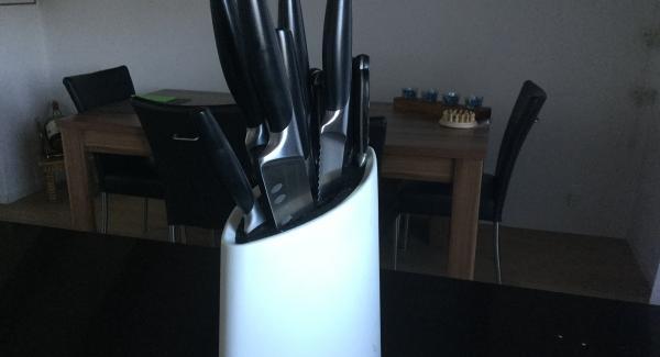 Das Lammentrcôte mit Küchenpapier trockentupfen und mit einem D-Line-Messer grob schnetzeln. Mit Rustico würzen und mit Olivenöl beträufeln. Alles zusammen in einer Kombischüssel leicht massieren und ca. 30 Min. marinieren.