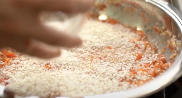 Die 300g Paella Reis hinzugeben.