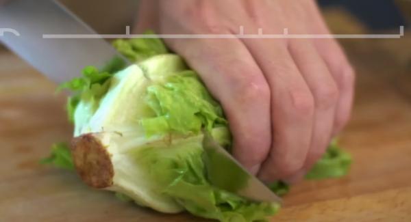 Den Herzsalat gründlich waschen. Anschließend den Herzsalat kleinschneiden.