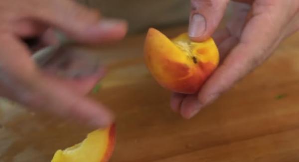 Die zwei Pfirsiche vierteln.