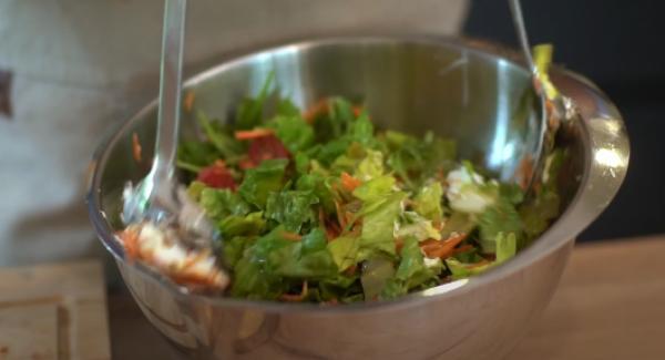 3 EL Ziegenfrischkäse in den Salat mit reingeben und alles gut durchmischen.