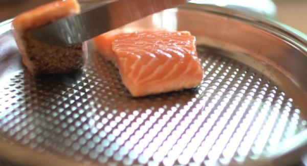 Sobald der Lachs schön knusprig ist von der Hautseite(nach ca. 2 Minuten), den Lachs vorsichtig wenden.