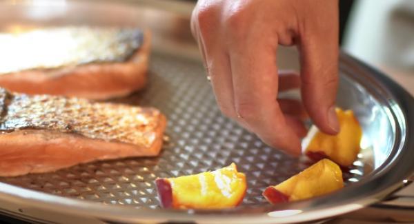 Die Pfirsiche mit in den Oval Grill geben und anbraten lassen.