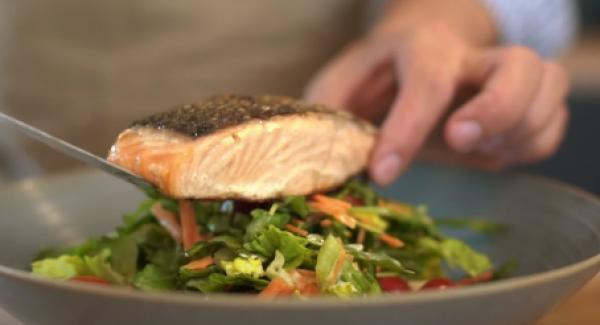 Den gebratenen Lachs und die Pfirsiche auf dem Salat anrichten.