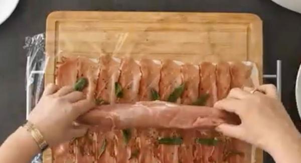 Salbeiblätter drauf verteilen und mit AMC Pepper Trio und AMC Cho-Co würzen, nach belieben. Schweinefilet drauflegen.
