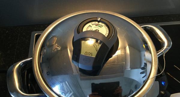 Navigenio auf Automatik (A) schalten und den Topf mit dem Deckel verschliessen. Audiotherm auf 5 Min. einschalten, auf Visiotherm setzen und drehen bis das Gemüsesymbol erscheint. Navigenio blinkt blau, ok, das automatische Garen übernimmt das AMC-Kochsystem.