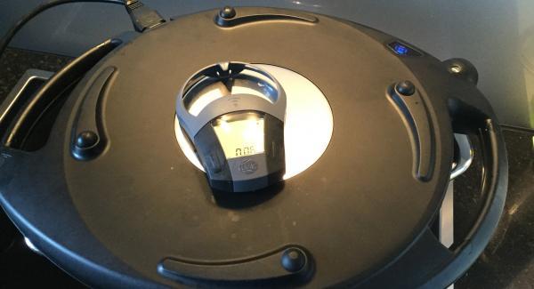 Den Navigenio überkopf auflegen und auf kleine Stufe (Stufe 1) schalten. Audiotherm einschalten und 8 Min. eingeben. Navigenio blinkt blau, ok, das Backen übernimmt das AMC-Kochsystem.