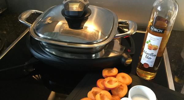 Die Aprikosen waschen, trockenreiben, halbieren und entsteinen.
