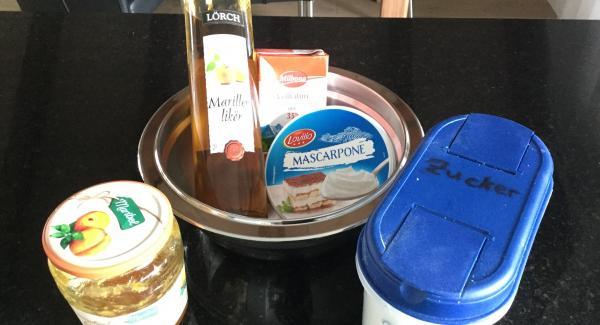 Sahe und Mascarpone mit dem Zucker in einer AMC-Schüssel steigt schlagen. Aprikosengelee oder -Konfitüre unterziehen. Mit Aprikosen-Likör und Zitronenschalenabrieb abschmecken. Kühlstellen.
