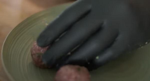 Aus dem Hackfleisch kleine gleich große Bällchen formen.