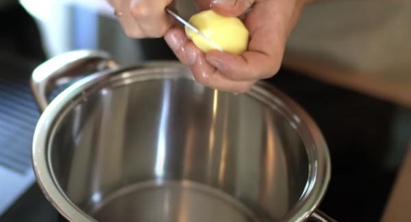 ca. 100ml in den 3 Liter Topf geben. Anschließend die Kartoffeln klein scheiden und in den Topf geben. Zum Schluss alles gut salzen.