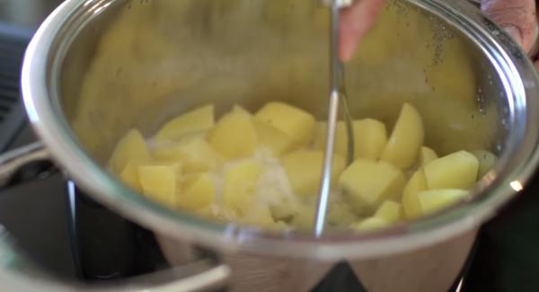 Zu den Kartoffeln 100ml Mich, ca. 1EL Butter, eine Prise Muskat und Salz und Pfeffer hinzugeben und alles zerstampfen. Zum Schluss kann noch etwas gehackte Petersilie hinzugegeben werden.