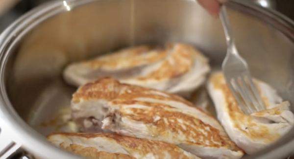 Sobald die eine Seite goldbraun ist, kann die Hähnchenbrust gewendet werden.