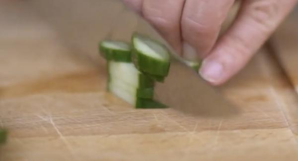 Eine halbe Salatgurke kleinschneiden.