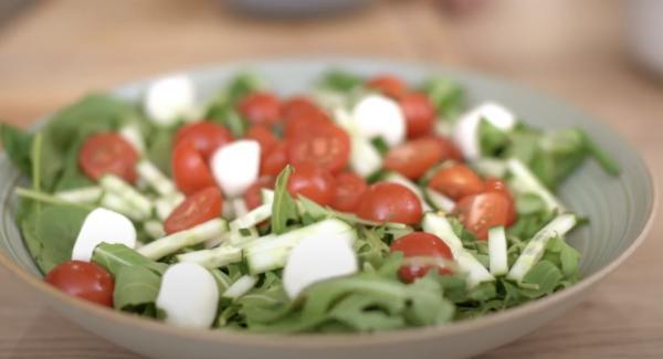 In eine Schale eine Portion Balttspinat, eine Portion Feldsalat, eine Portion Rucola, 100g halbierte Cocktail Tomaten und 100g Mozzarella-Bällchen.