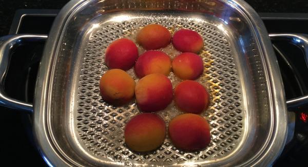 Den Zucker einstreuen und die Aprikosen mit der Schnittseite nach unten in den Arondo legen. Grillieren bis der Zucker karamellisiert ist.