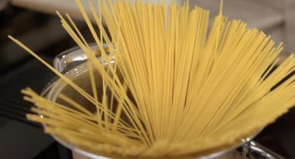 Die 300g Spaghetti in den Topf legen.