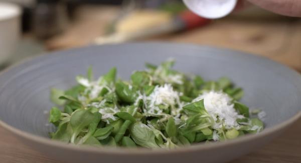 Einen Salat aus Feldsalat, eine Prise Parmesan, 1EL Olivenöl, Salz unf Pfeffer machen.