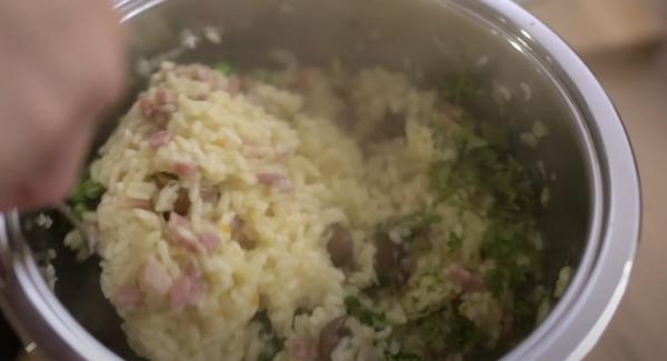 Sobald der Secuquick sich öffnen lässt, 50g Butter, 100g Parmesan, 200g TK-Erbsen und die gehackten Petersilie dazugeben. Anschließend alles gut verrühren.