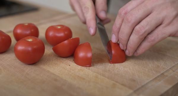 Die 400g Tomaten vierteln und entkernen.