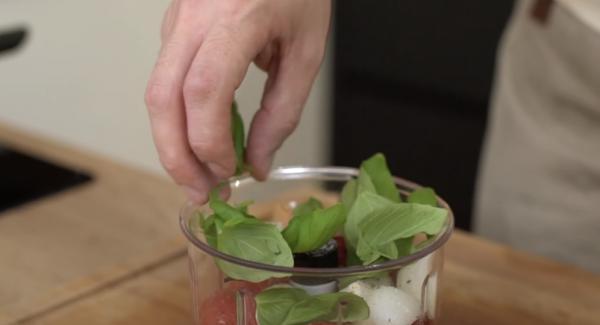 Alls gut mit Salz und Pfeffer würzen. Anschließend ca. eine Handvoll Basilikum mit hineingeben.