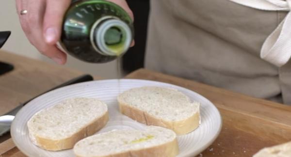 Beide Seiten des Ciabatta Brot mit Olivenöl bestreichen.