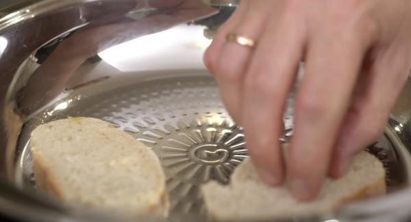 Sobald das Fleischsymbol erreicht ist, das Brot in die Pfanne geben und von beiden Seiten schön anbraten.