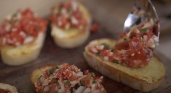 Das Ciabatta Brot mit den Tomaten belegen.